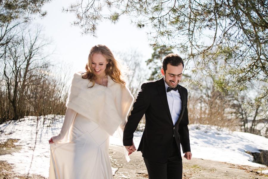Photographe de mariage à la montagne avec de la neige